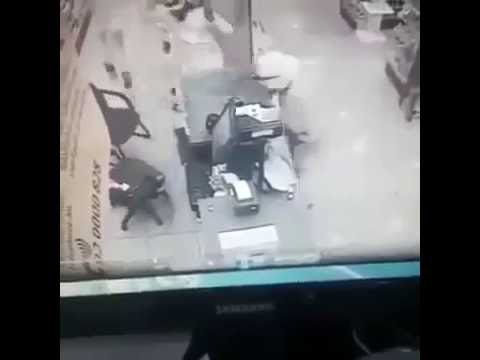 They are carrying out an armed masked men robbed a pharmacy in only 10 seconds ملثمان ينفذان سطوًا مسلحًا على صيدلية في 10 ثوانٍ فقط