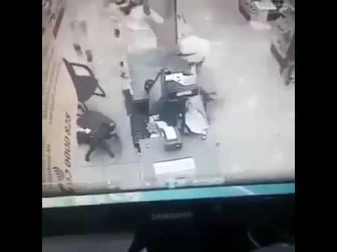 ملثمان ينفذان سطوًا مسلحًا على صيدلية في 10 ثوانٍ فقط